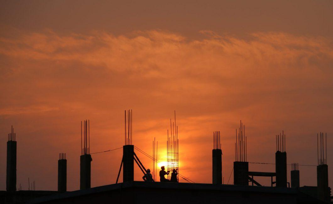 budowa o zachodzie słońca